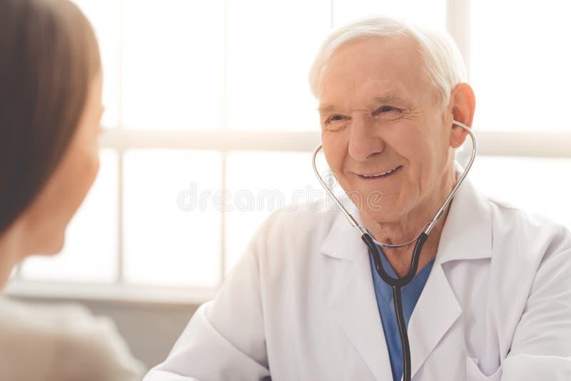 Старые доктор и пациент стоковая фотография
