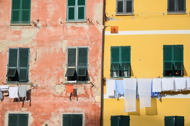 Старые дома в деревне Vernazza, месте всемирного наследия ЮНЕСКО, Cinque Terre, Лигурии, Италии стоковые фотографии rf