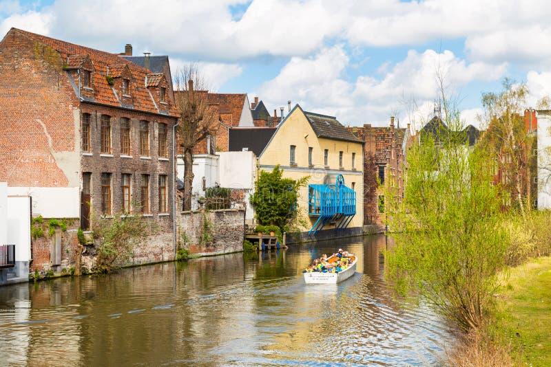 Старые дома вдоль канала и шлюпки в Генте, Бельгии стоковые фото