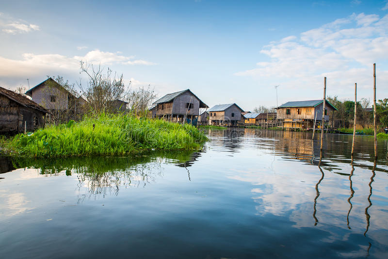 Download Старые дома и их отражение стоковое изображение. изображение насчитывающей село - 40580583