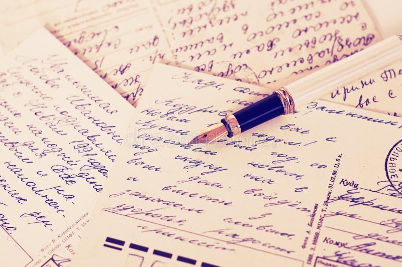 Старые открытки с ручкой текста каллиграфического кириллического текста рукописной и чернил антиквариата стоковое фото rf