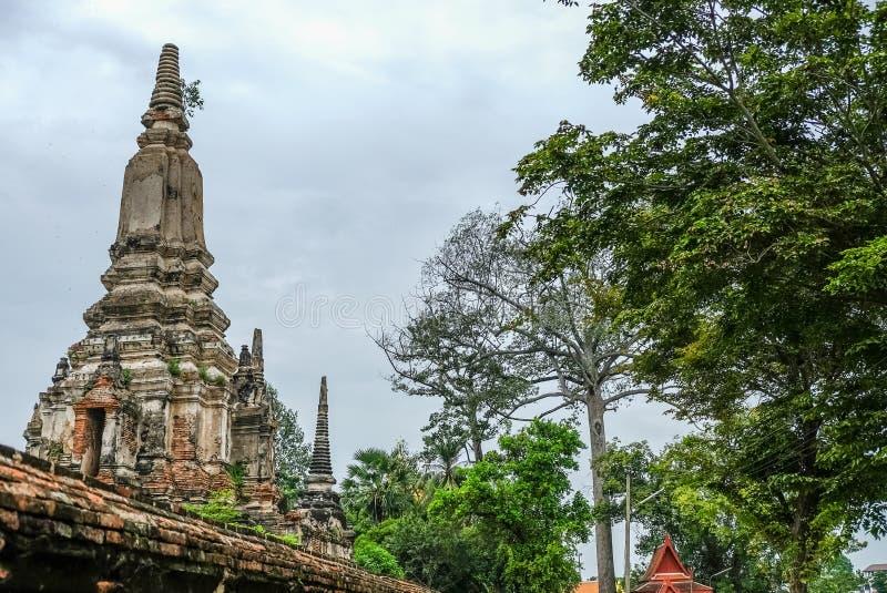 Старые пагоды и старая кирпичная стена на Wat Phutthaisawan в subdistrict Sampao Lom, Phra Nakorn Sri Ayutthaya, Таиланде стоковые изображения