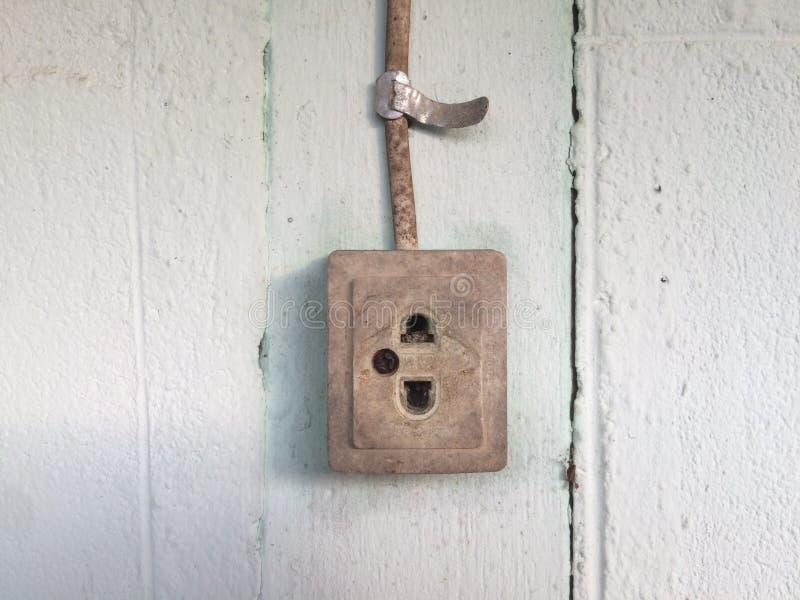 Старые пакостные электрическая штепсельная вилка и провод стоковая фотография