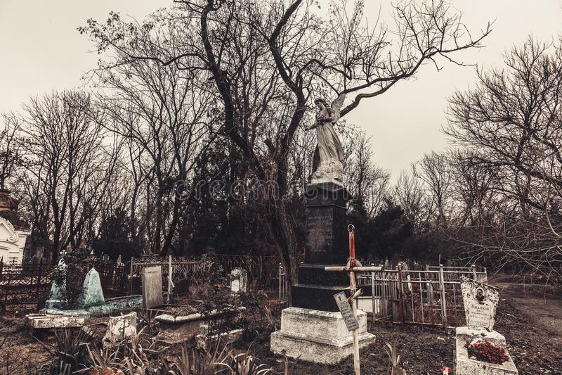 Старые памятники надгробных плит кладбища духов призрака тайны мистицизма ангелов приносят смерть стоковое фото rf
