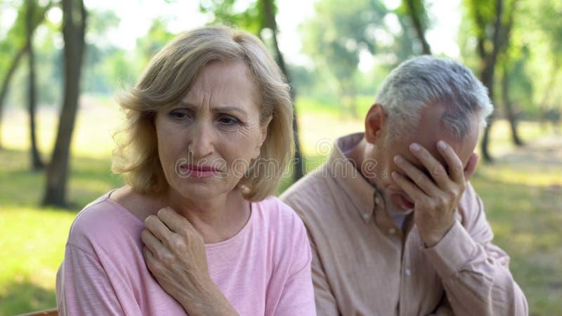 Старые пары плача, расстроенный с болезнью близкого родственника, проблемы отчаиваются стоковое изображение rf