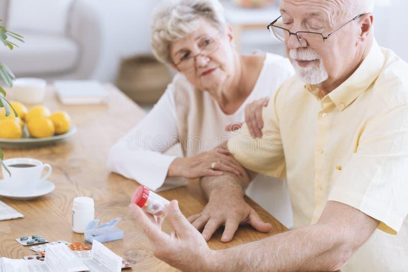 Старые пары смотря таблетки стоковые фотографии rf