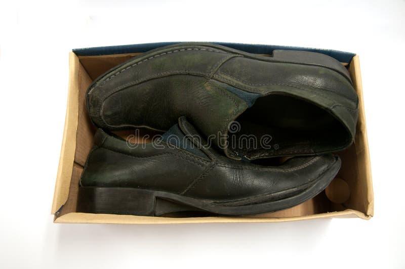 Старые пары черных мужских ботинок в коробке стоковое изображение