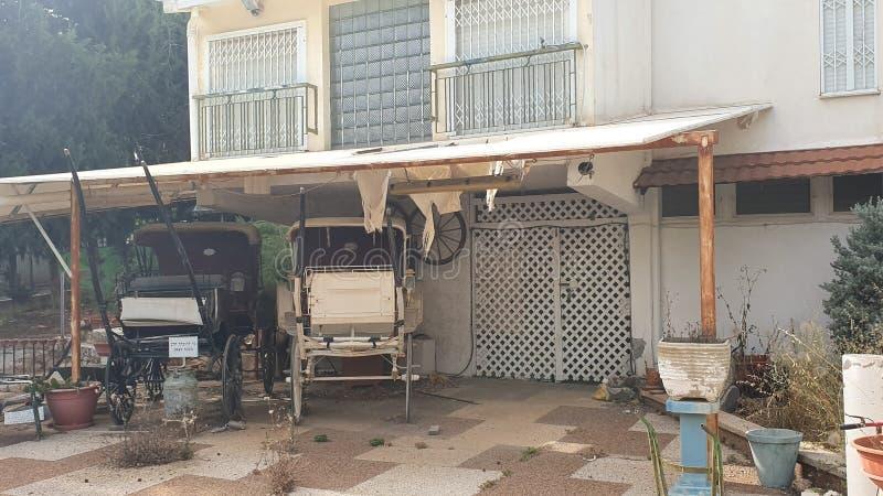 Старые первоначальные экипажи при закрытых дверях домой в zichron yaakov Израиле стоковое изображение rf