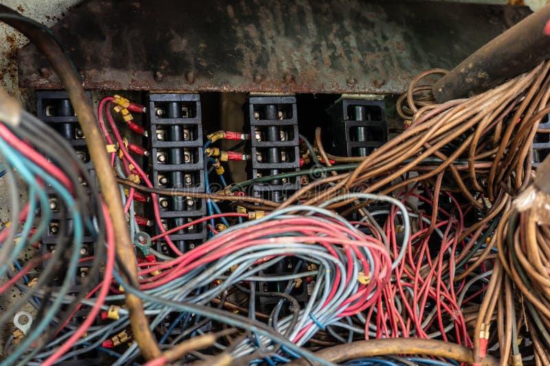 Старые пестротканые провода в электрическом шкафе механического оборудования стоковые фотографии rf