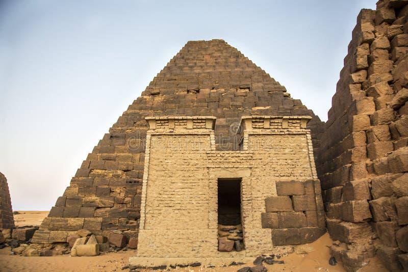 Старые пирамиды Meroe в пустыне в удаленном Судане стоковые фотографии rf