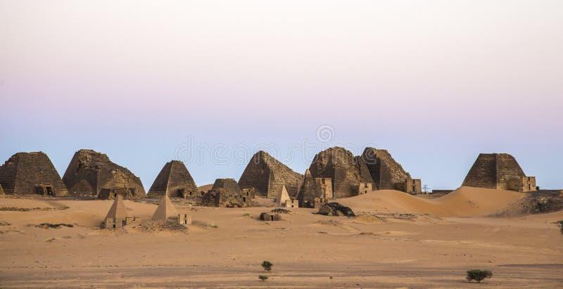 Старые пирамиды Meroe в пустыне в удаленном Судане стоковое фото