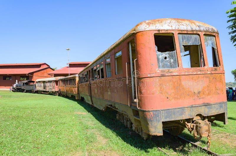 Старые поезда которые туристические достопримечательности на Estrada de Ferro Делать стоковые фотографии rf
