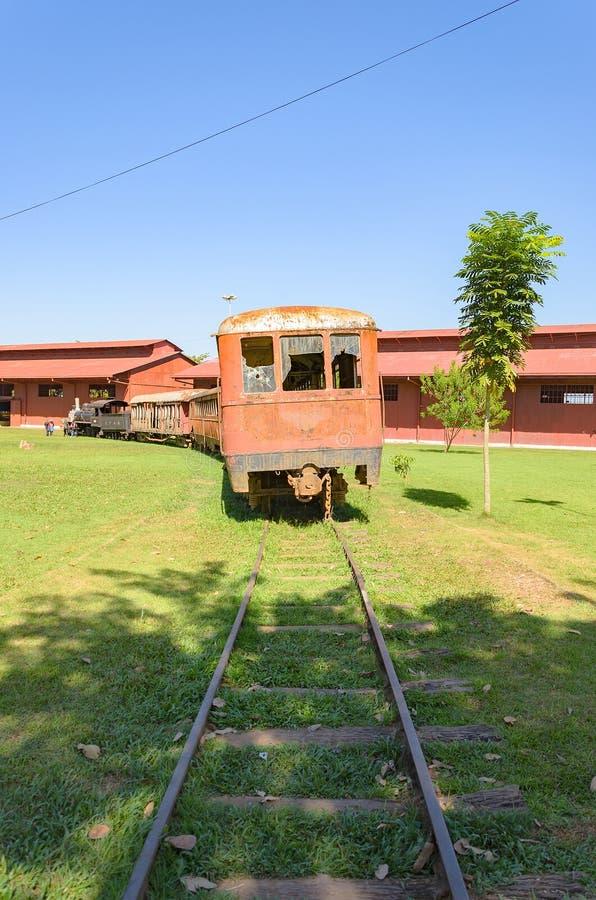 Старые поезда которые туристические достопримечательности на Estrada de Ferro Делать стоковые фото