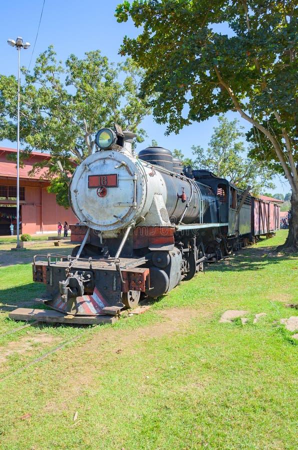 Старые поезда которые туристические достопримечательности на Estrada de Ferro Делать стоковая фотография rf
