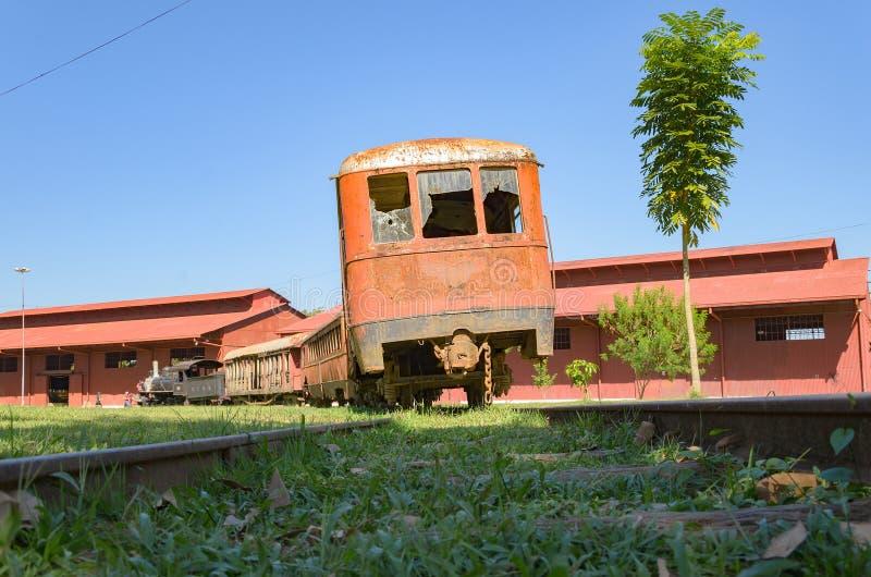 Старые поезда которые туристические достопримечательности на Estrada de Ferro Делать стоковая фотография