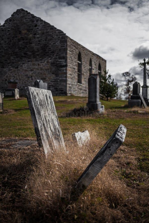 Старые покинутые ирландские руины кладбища и церков стоковое изображение
