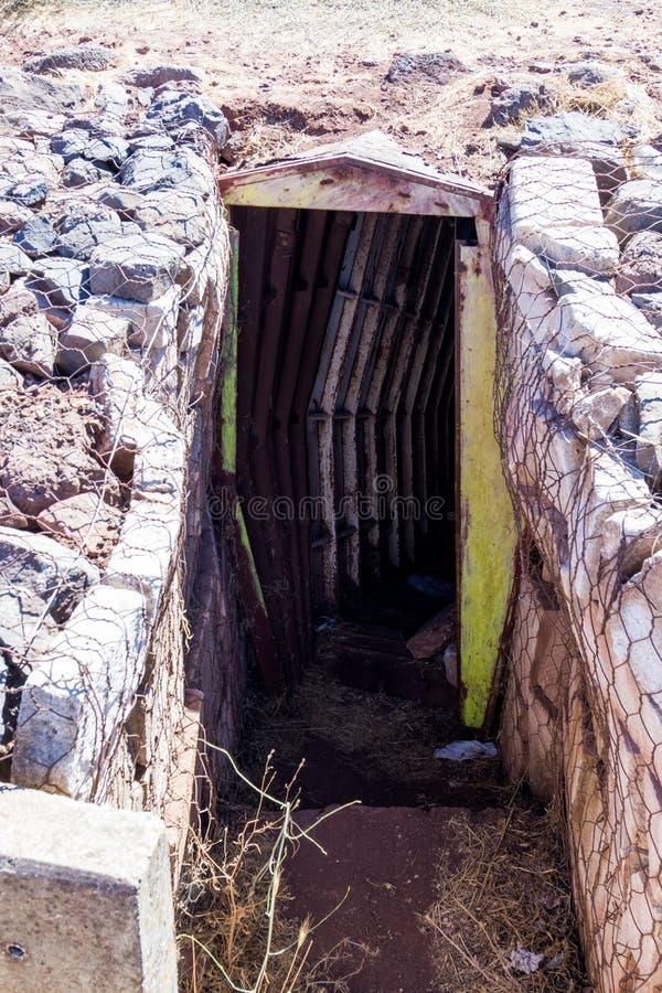 Старые покинутые канавы со времени войны Йом-Кипура на Голанских высотах, около границы с Сирией, в Израиле стоковое изображение rf