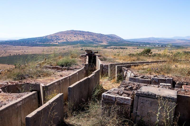 Старые покинутые канавы со времени войны Йом-Кипура на Голанских высотах, около границы с Сирией, в Израиле стоковые изображения rf