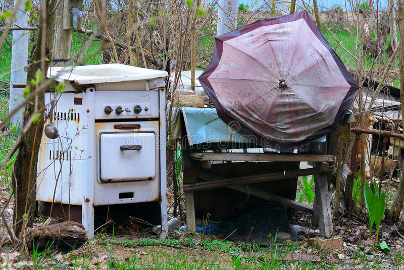 Старые покинутые ненужные вещи стоковое изображение