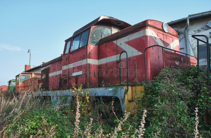 Старые покинутые поезда на депо в солнечном дне стоковые изображения