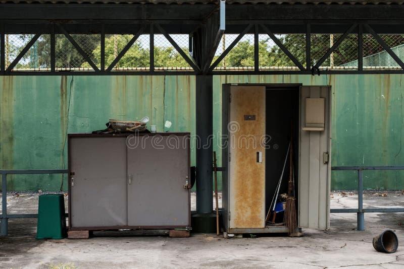 Старые покинутые шкаф и шкафчик металла стоковые изображения rf