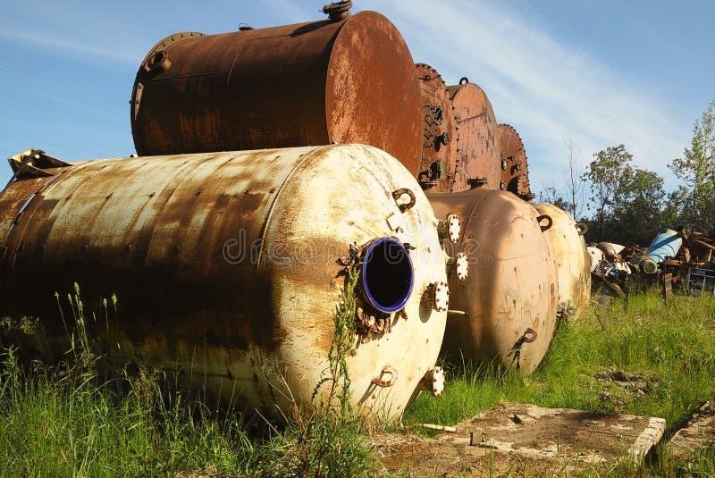 Старые получившиеся отказ ржавые танки стоковая фотография rf