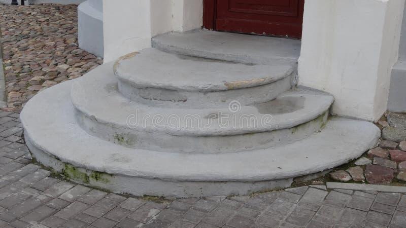 Старые полукруглые шаги на улицу к фармации стоковое изображение