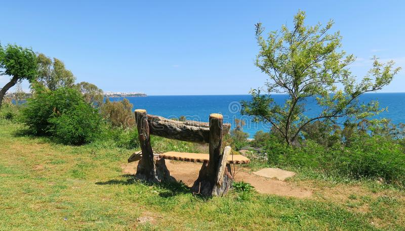 Старые пустые стойки стенда в парке на Средиземном море плавают вдоль побережья, Турция стоковые фотографии rf