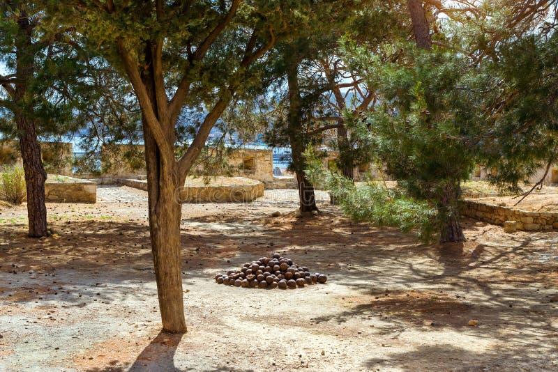 Старые пушечные ядра в Fortezza рокируют Rethymno, Крит стоковое изображение rf