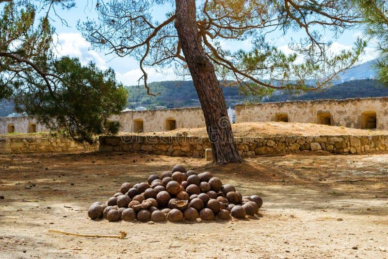 Старые пушечные ядра в Fortezza рокируют Rethymno, Крит стоковая фотография rf