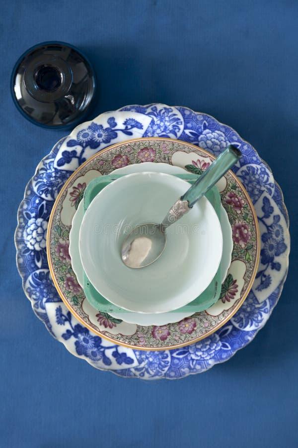 Старые плиты на голубой предпосылке стоковые изображения