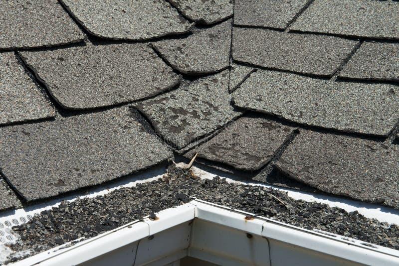 Старые плохие и завивая гонт крыши на доме или доме стоковое изображение rf