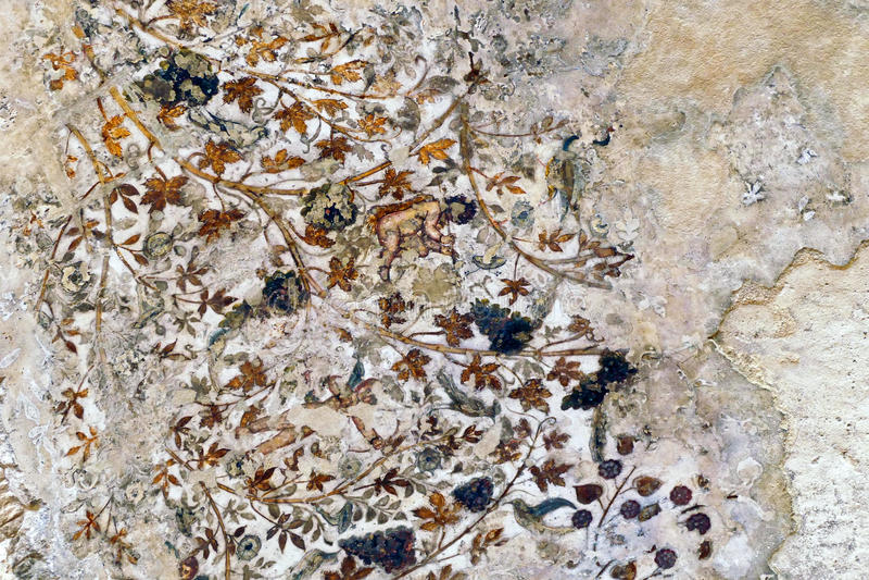 Старые разделенные традиционные картины в малом Biclinium в меньшем Petra, Джордан потолочной фрески Nabataean стоковое изображение rf