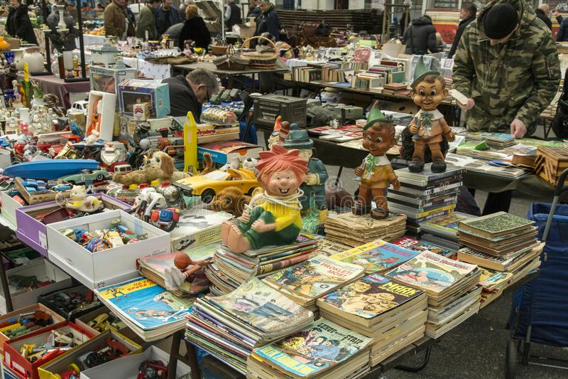 Старые резиновые куклы и комики на продаже стоковое изображение