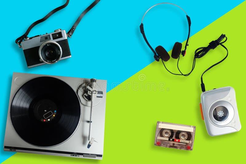 Старые ретро игрок или turntable винила рекордный, портативный магнитофон с радио и кассета и наушники стоковое фото