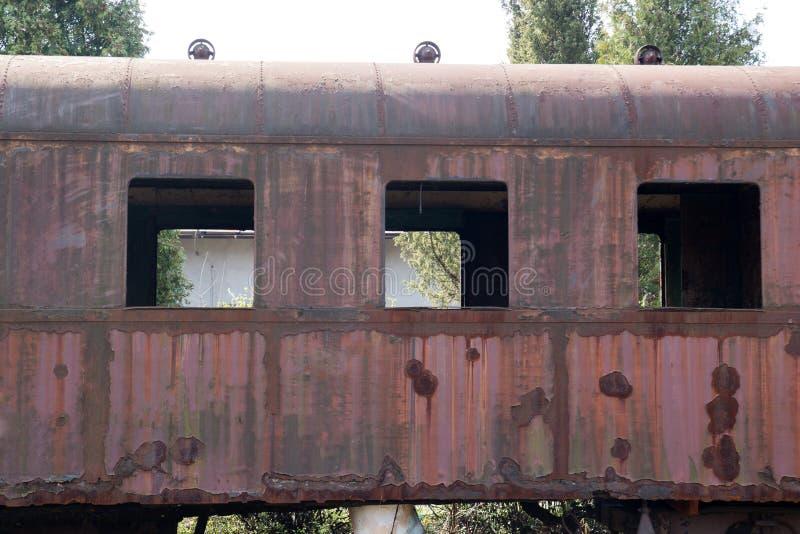 Старые ржавые автомобили стоя в покинутом депо стоковые изображения