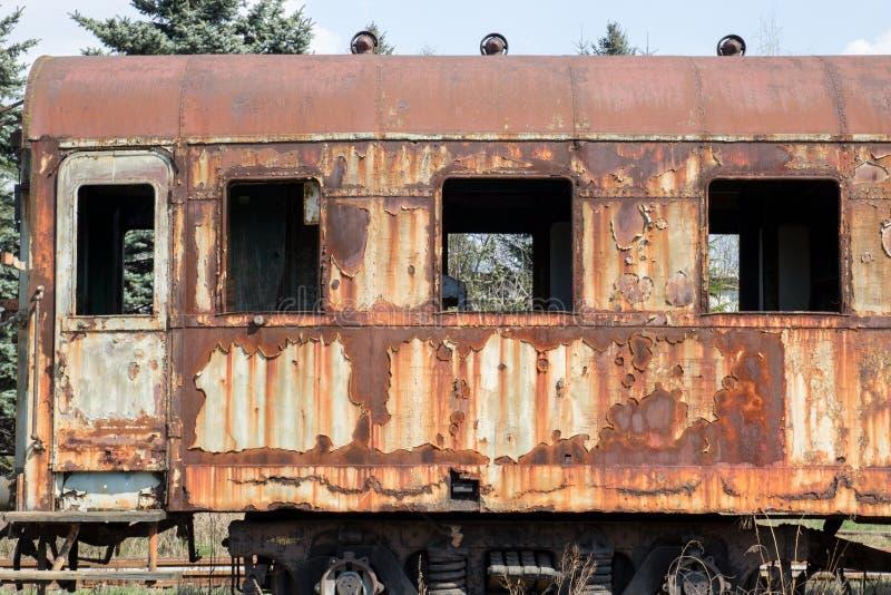 Старые ржавые автомобили стоя в покинутом депо стоковая фотография