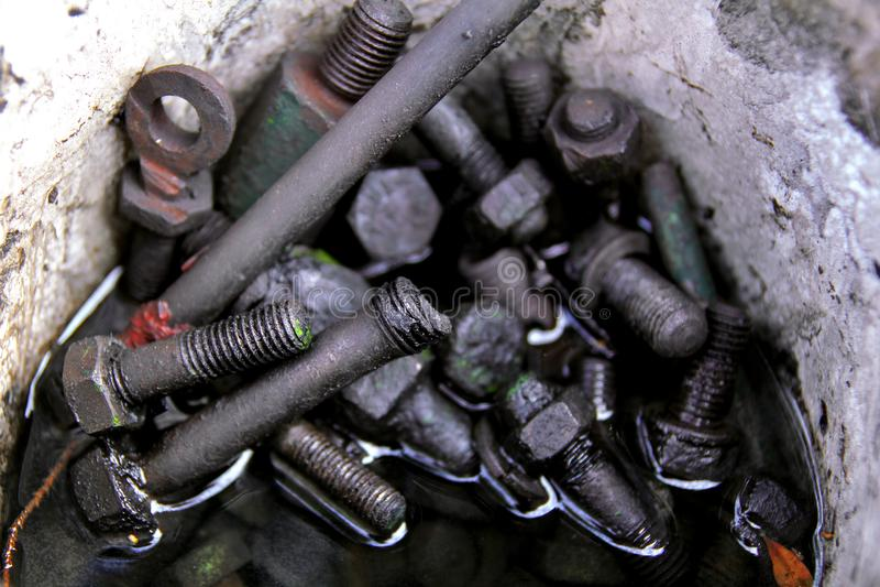 Старые ржавые винты в промышленном масле стоковая фотография rf