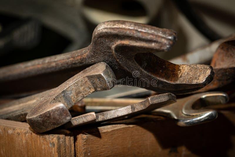 Старые ржавые гаечные ключи в деревянной коробке Старый ржавый крупный план инструментов стоковые изображения rf