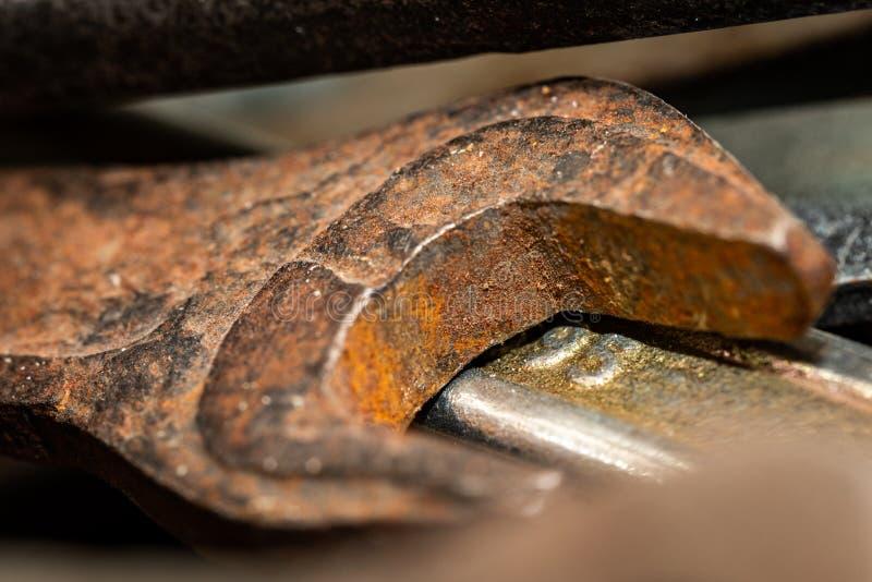 Старые ржавые гаечные ключи в деревянной коробке Старый ржавый крупный план инструментов стоковая фотография