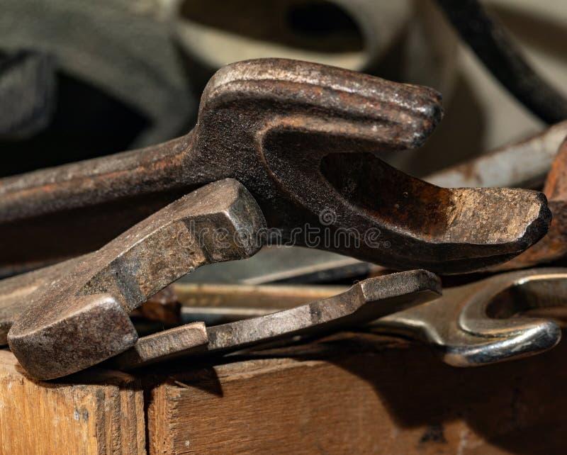Старые ржавые гаечные ключи в деревянной коробке Старый ржавый крупный план инструментов стоковые фотографии rf