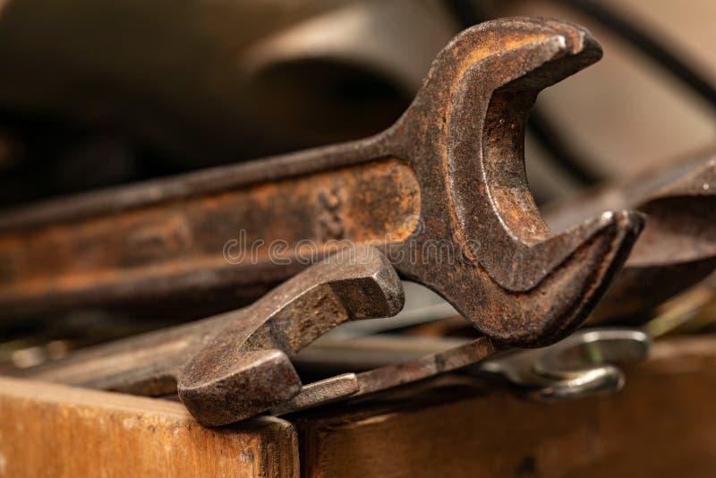 Старые ржавые гаечные ключи в деревянной коробке Старый ржавый крупный план инструментов стоковое фото rf