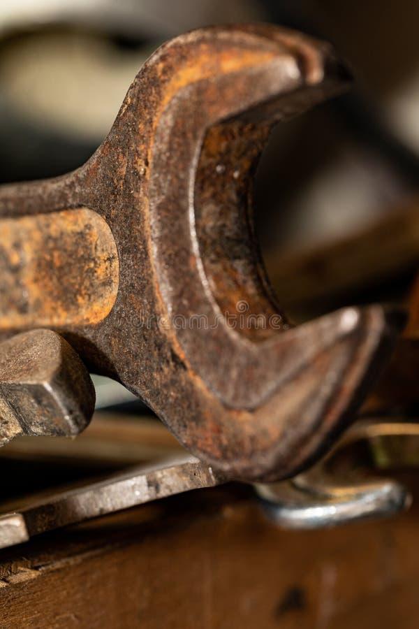 Старые ржавые гаечные ключи в деревянной коробке Старый ржавый крупный план инструментов стоковое фото