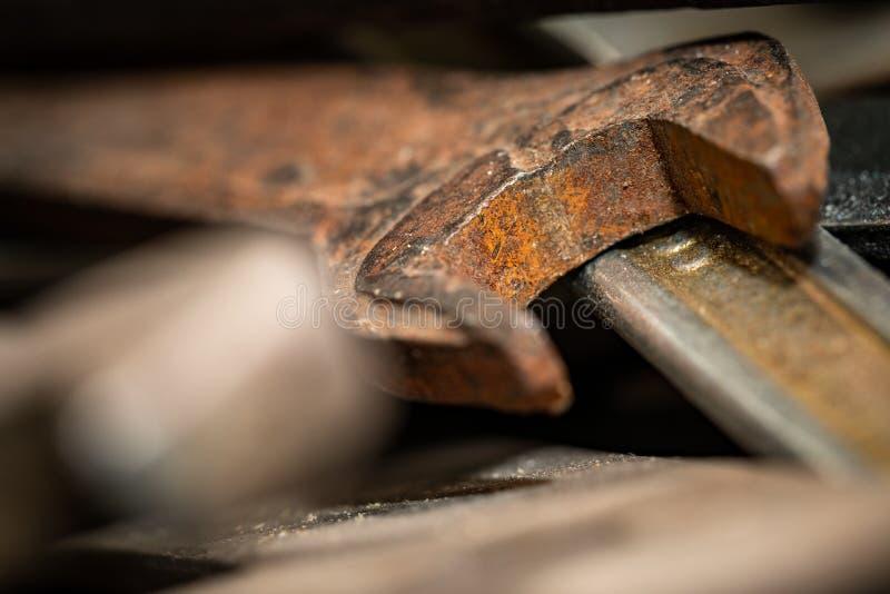 Старые ржавые гаечные ключи в деревянной коробке Старый ржавый крупный план инструментов стоковые изображения