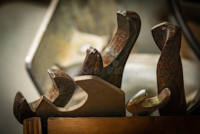 Старые ржавые гаечные ключи в деревянной коробке Старый ржавый крупный план инструментов стоковые фото