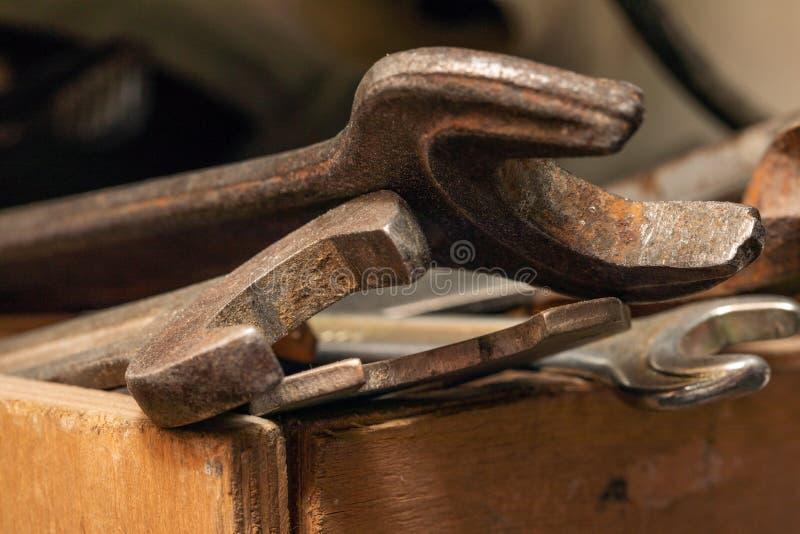 Старые ржавые гаечные ключи в деревянной коробке Старый ржавый крупный план инструментов стоковое изображение rf