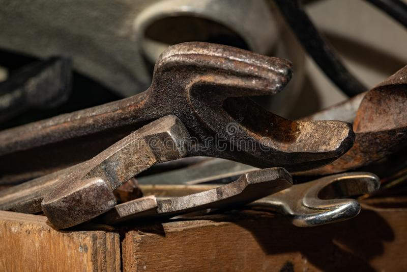 Старые ржавые гаечные ключи в деревянной коробке Старый ржавый крупный план инструментов стоковое изображение