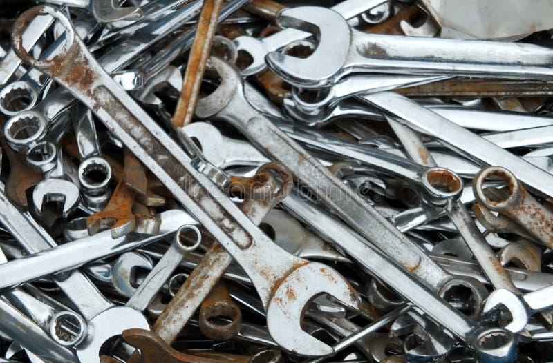 Старые ржавые гаечные ключи и ключи стоковое фото rf