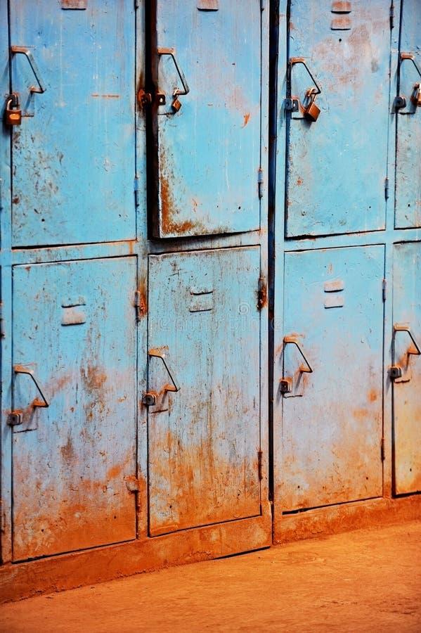 Старые ржавые голубые шкафчики стоковое фото