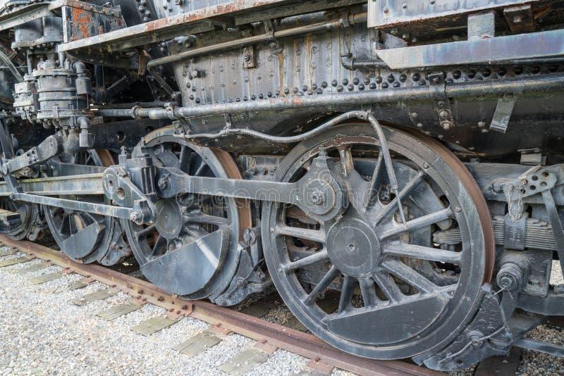 Старые ржавые железнодорожные локомотивные колеса стоковое фото rf